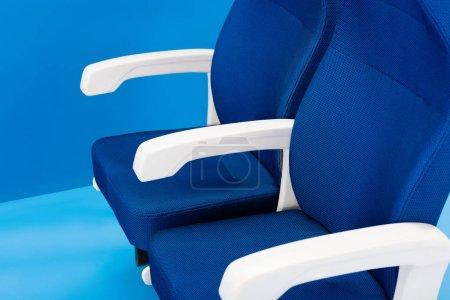 Foto de Vista de gran angular de asientos brillantes y coloridos sobre fondo azul - Imagen libre de derechos