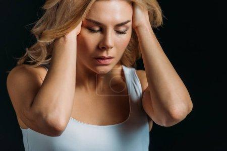 Photo pour Femme avec les yeux fermés souffrant de migraine isolé sur noir - image libre de droit
