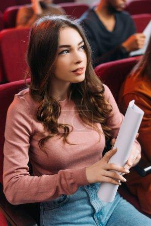 Photo pour Belle actrice lisant des scénarios dans le théâtre avec des acteurs multiethniques - image libre de droit