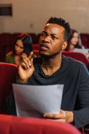 Photo pour Jeunes acteurs et actrices multiculturels lisant des textes de théâtre - image libre de droit