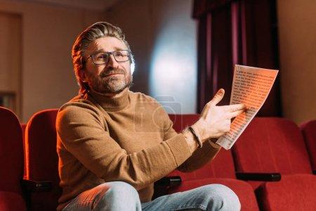 Photo pour Metteur en scène émotionnelle montrant scénario dans le théâtre - image libre de droit