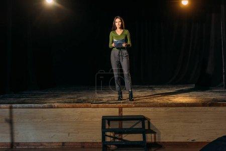 Photo pour Belle actrice debout sur scène dans le théâtre - image libre de droit