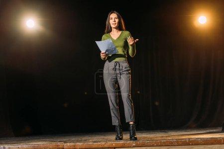 atractiva actriz joven escenario de lectura en el escenario en el teatro