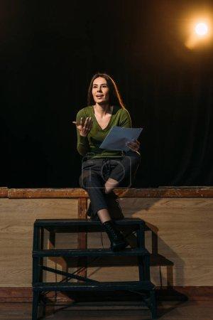 Photo pour Belle actrice jouant le rôle avec scénario sur scène dans le théâtre - image libre de droit