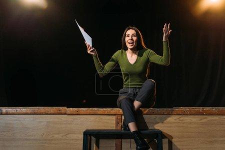Photo pour Actrice émotionnelle jouant un rôle sur scène dans le théâtre - image libre de droit
