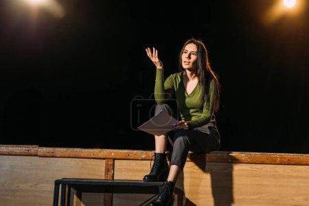 Photo pour Actrice attrayante jouant un rôle sur scène dans le théâtre - image libre de droit