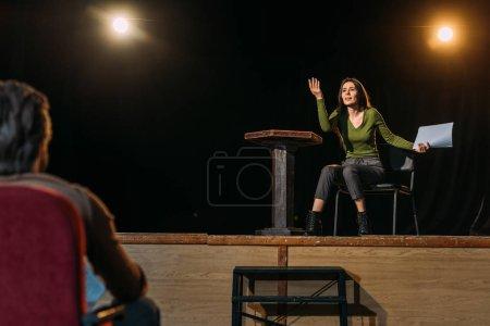 Photo pour Mise au point sélective du metteur en scène et de l'actrice sur scène - image libre de droit