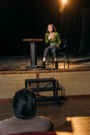 Photo pour Mise au point sélective de metteur en scène de théâtre professionnel et actrice attrayante jouant le rôle sur scène - image libre de droit
