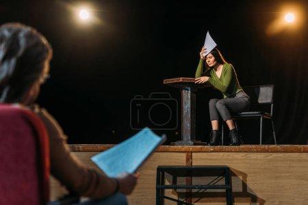 Photo pour Mise au point sélective du metteur en scène et de l'actrice de théâtre professionnel sur scène - image libre de droit