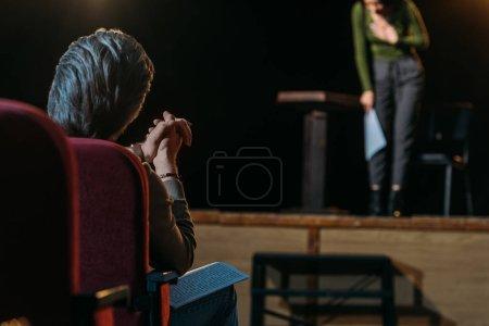 Photo pour Foyer sélectif du directeur de théâtre applaudissant à l'actrice professionnelle sur scène - image libre de droit