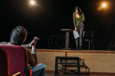 Photo pour Focalisation sélective du metteur en scène et de l'actrice de boules sur scène - image libre de droit