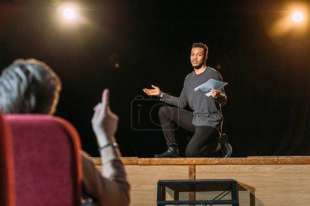 Photo pour L'accent sélectif du bel acteur africain américain sur le casting avec le metteur en scène de théâtre - image libre de droit