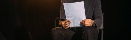 Photo pour Plan panoramique de l'acteur afro-américain tenant scénario isolé sur noir - image libre de droit