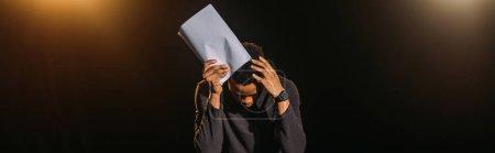 Photo pour Plan panoramique de l'acteur afro-américain émotionnel tenant le scénario sur scène pendant la répétition - image libre de droit