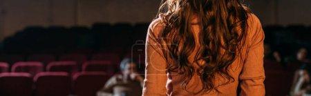 Photo pour Prise de vue panoramique du metteur en scène et actrice au théâtre - image libre de droit