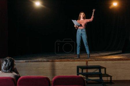 Photo pour Mise au point sélective du scénario de lecture metteur en scène et actrice dans le théâtre - image libre de droit