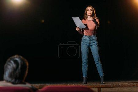 Photo pour Focalisation sélective du rôle de metteur en scène et d'actrice dans le théâtre - image libre de droit