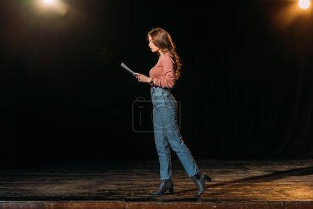 Photo pour Belle actrice jouant le rôle sur scène dans le théâtre - image libre de droit