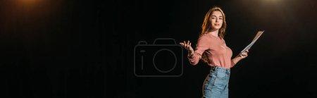 plano panorámico de la actriz joven atractiva con escenario en negro