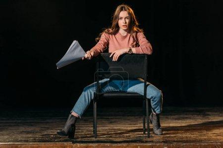 Photo pour Jeune actrice avec un rôle de scénariste sur scène dans le théâtre - image libre de droit