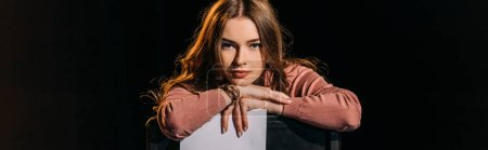 Photo pour Plan panoramique de jeune actrice séduisante avec scénario, isolé sur noir - image libre de droit