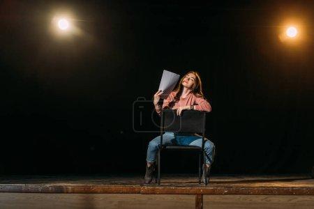 Photo pour Belle actrice avec scénario jouant le rôle sur scène dans le théâtre - image libre de droit