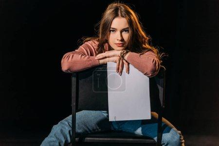 atractiva joven actriz con escenario sentado en la silla en el escenario en el teatro
