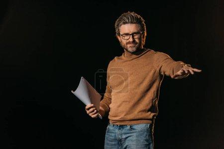 Photo pour Metteur en scène holding scénario isolé sur noir - image libre de droit
