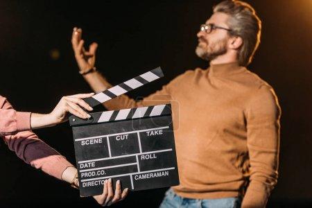 Photo pour Mise au point sélective d'un acteur mature jouant un rôle avec panneau à clins devant - image libre de droit
