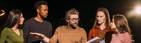 Photo pour Plan panoramique d'acteurs et d'actrices multiethniques répétant avec le metteur en scène du théâtre sur scène - image libre de droit