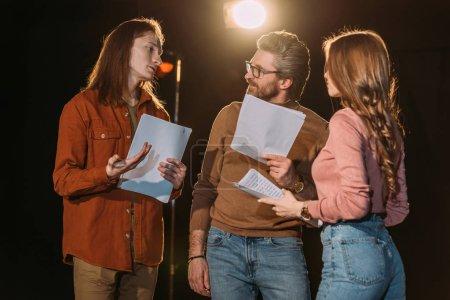 Photo pour Jeune acteur et actrice en répétition avec réalisateur de théâtre mature - image libre de droit