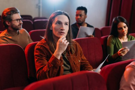 Photo pour Acteurs multiculturels et actrice lisant des scénarios dans le théâtre - image libre de droit