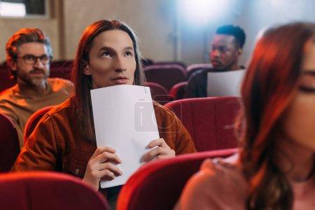 Photo pour Acteurs multiethniques et actrice lisant des scénarios dans le théâtre - image libre de droit