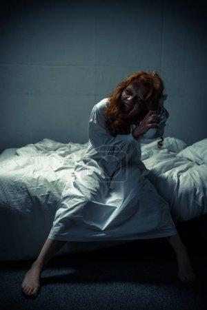 Photo pour Démon femelle en chemise de nuit criant dans la chambre - image libre de droit
