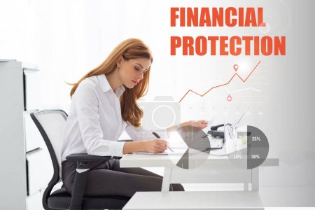 Photo pour Vue d'ensemble d'une femme d'affaires travaillant avec des papiers et des graphiques à la table du bureau, illustration de la protection financière - image libre de droit