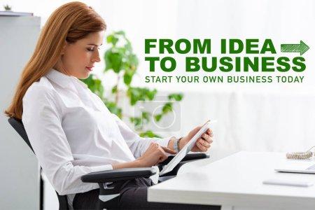 Photo pour Vue latérale d'une femme d'affaires utilisant une tablette numérique sur une table au bureau, de l'idée à l'illustration commerciale - image libre de droit