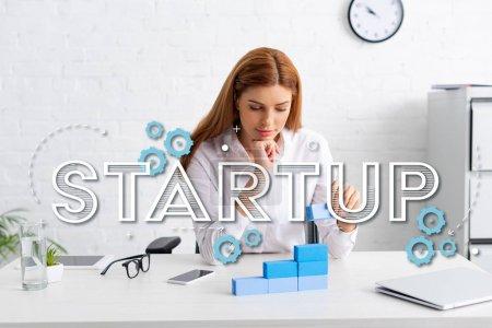 Photo pour Belle femme d'affaires empilant pyramide de marketing de blocs de construction bleus sur la table, illustration de démarrage - image libre de droit