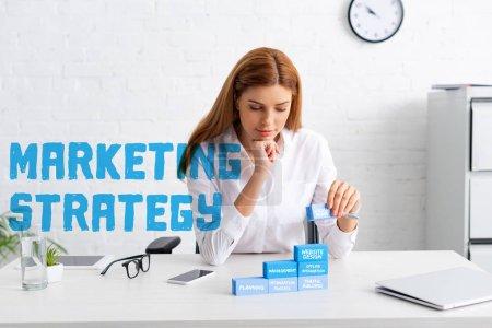Photo pour Belle femme d'affaires empilant pyramide de marketing de blocs de construction bleus sur la table, illustration de stratégie de marketing - image libre de droit