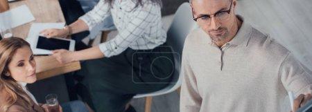 Photo pour Plan panoramique de l'homme d'affaires regardant loin pendant la présentation - image libre de droit