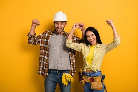 Photo pour Travailleurs manuels avec les mains sur les jaunes - image libre de droit