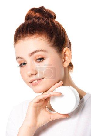Photo pour Sourire adolescent fille tenant récipient en plastique avec de la crème cosmétique, isolé sur blanc - image libre de droit