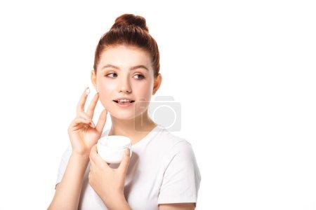 Photo pour Sourire adolescent fille avec une peau parfaite appliquer la crème cosmétique, isolé sur blanc - image libre de droit