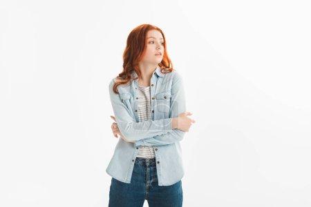 Photo pour Belle rousse adolescent fille en denim vêtements avec les bras croisés, isolé sur blanc - image libre de droit