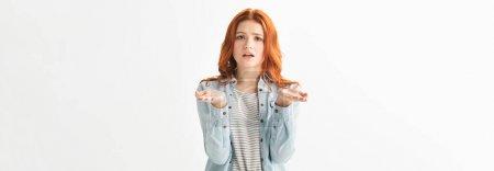Photo pour Photo panoramique d'une adolescente inquiète vêtue de vêtements en denim avec un geste d'arbuste, isolée sur blanc - image libre de droit