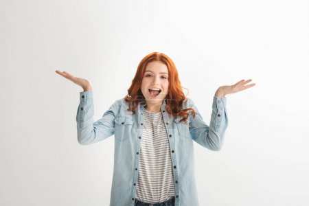 Photo pour Émotionnelle rousse adolescent fille avec geste haussant les épaules, isolé sur blanc - image libre de droit