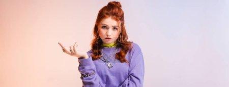 Photo pour Photo panoramique d'une jeune adolescente à la tête rouge, en violet et beige - image libre de droit