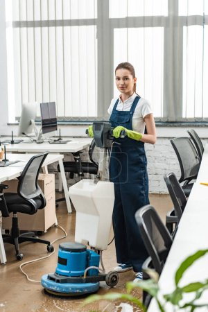 Photo pour Plancher lavable attrayant dans un bureau à aire ouverte avec machine de nettoyage - image libre de droit