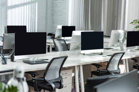 Photo pour Bureau ouvert moderne avec moniteurs d'ordinateur sur des bureaux blancs - image libre de droit