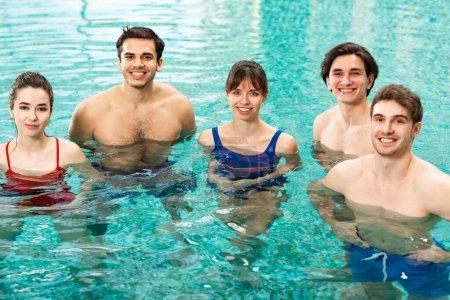 Photo pour Des jeunes sourient devant une caméra dans une piscine - image libre de droit