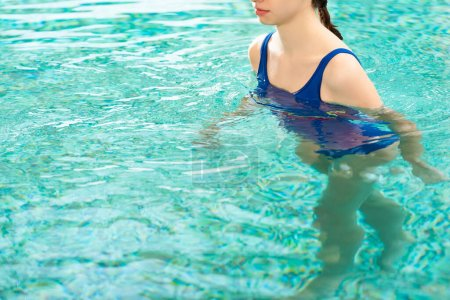Photo pour Vue époustouflante d'une femme nageant dans une piscine - image libre de droit